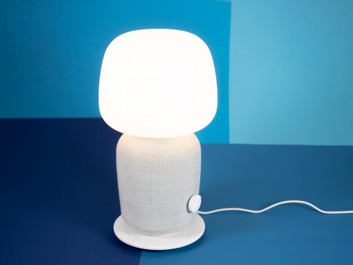 Ikeas Symfonisk-Lampenlautsprecher mit eingeschalteter Lampe (Bild: Heiko Raschke/Golem.de)