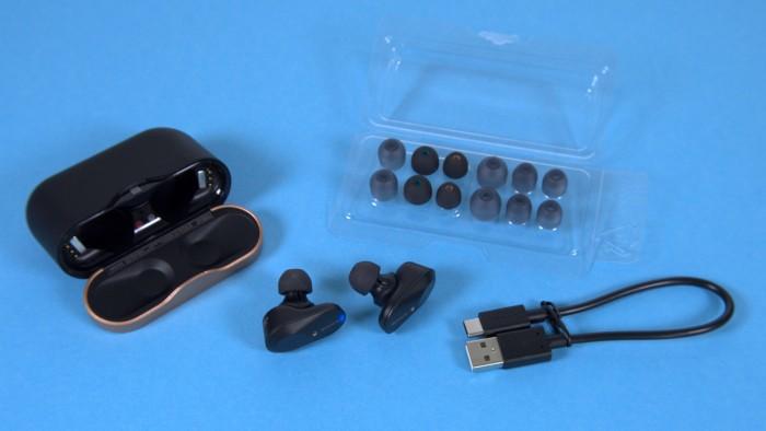 Zum WF-1000XM3 gehören Aufsätze in mehreren Größen und ein kurzes USB-C-Ladekabel. (Bild: Marc Sauter/Golem.de)