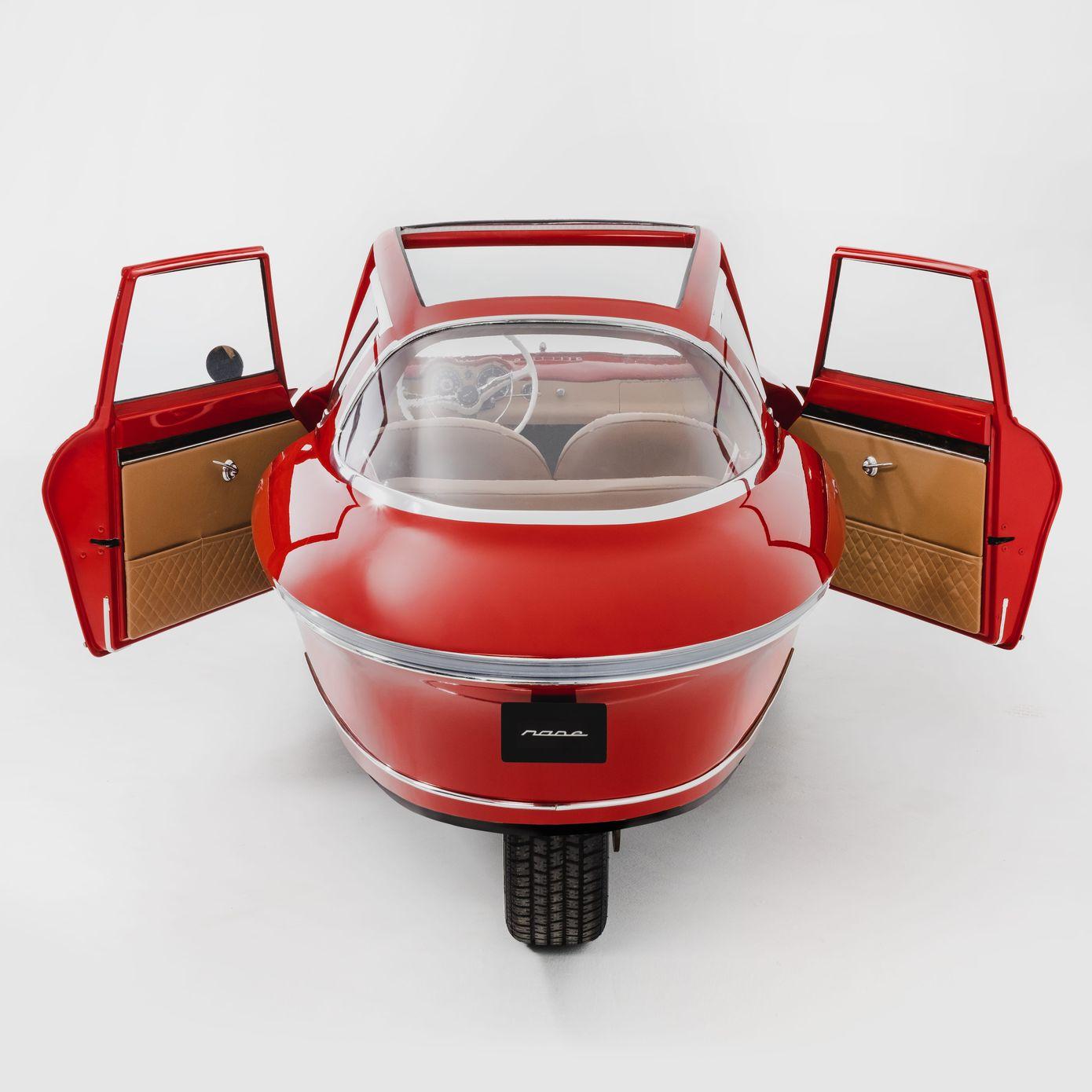 Nobe 100: Dreirädriges Retro-Elektroauto parkt senkrecht an der Wand -