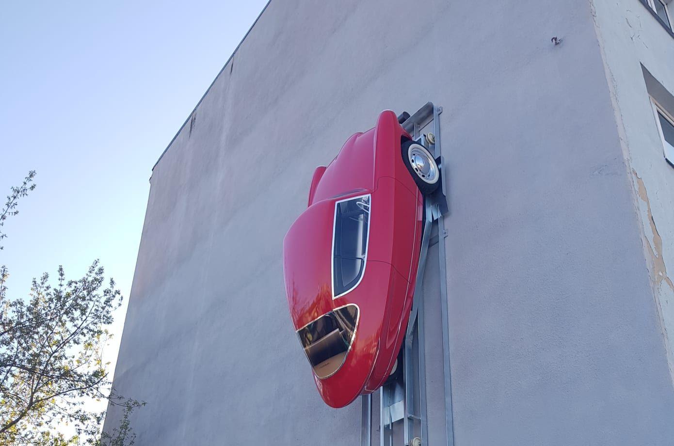 Nobe 100: Dreirädriges Retro-Elektroauto parkt senkrecht an der Wand - Interessant ist das Parkkonzept. (Bild: Nobe)