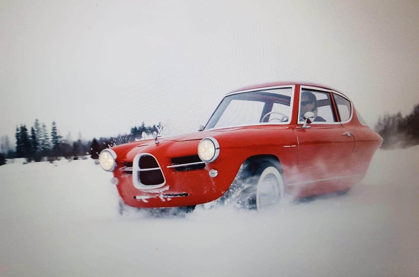 Nobe 100: Dreirädriges Retro-Elektroauto parkt senkrecht an der Wand - Das Auto kommt aus Estland. Es muss also schnee- ... (Bild: Nobe)