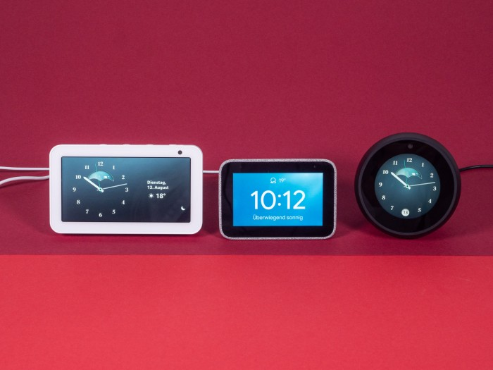 Links Echo Show 5, in der Mitte Smart Clock, rechts Echo Spot (Bild: Martin Wolf/Golem.de)