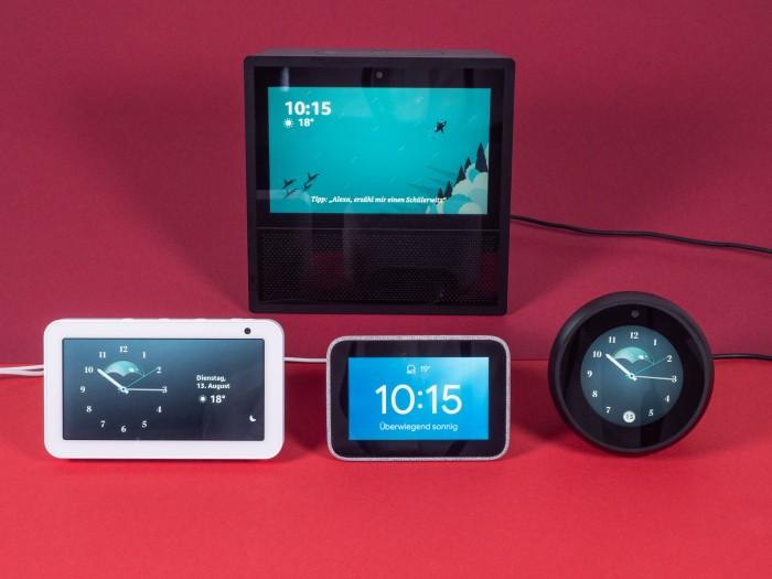 Hinten Echo Show der ersten Generation, davor von links nach rechts: Echo Show 5, Smart Clock und Echo Spot (Bild: Martin Wolf/Golem.de)