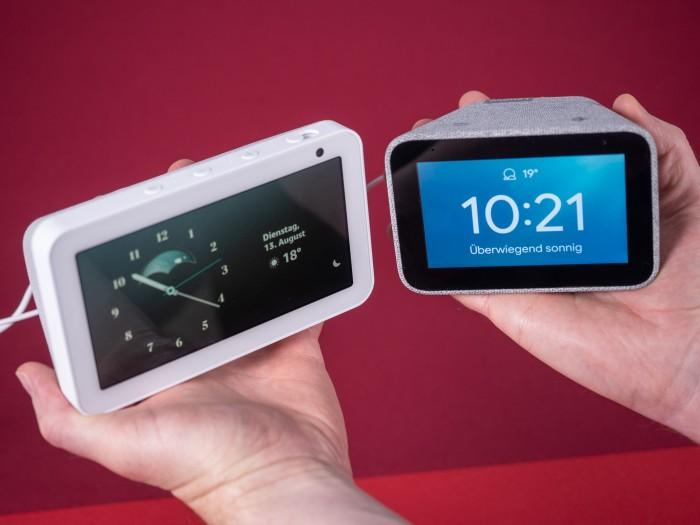 Amazons Echo Show 5, daneben Lenovos Smart Clock (Bild: Martin Wolf/Golem.de)