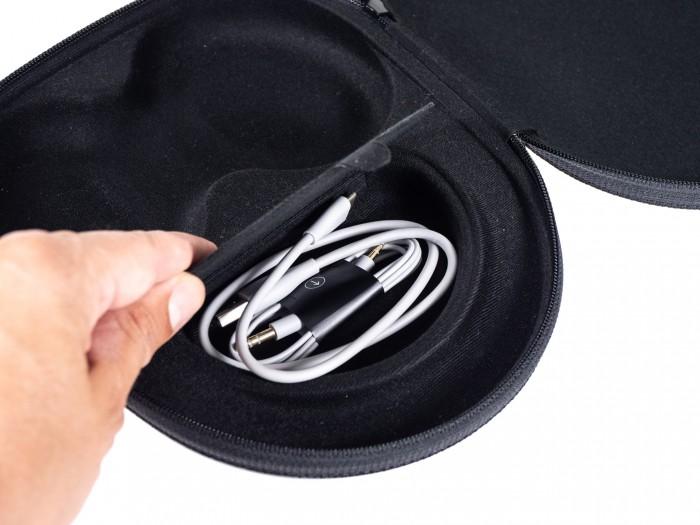 Praktisches Fach für Zubehör in der Tasche für die Noise Cancelling Headphones 700 (Bild: Martin Wolf/Golem.de)
