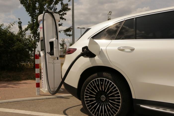 Mit bis zu 110 Kilowatt lässt sich der EQC per Gleichstrom aufladen. (Foto: Friedhelm Greis/Golem.de)
