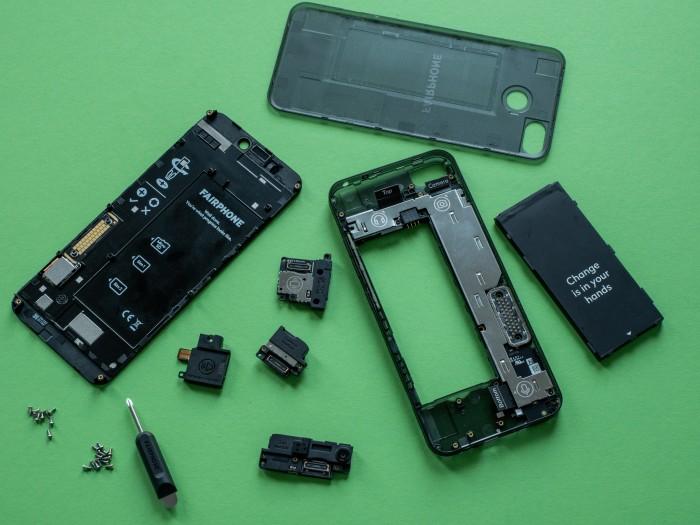 Interessant ist das Fairphone 3 nicht nur wegen seiner nachhaltigeren und faireren Produktion, sondern auch wegen der einfachen Reparierbarkeit. (Bild: Martin Wolf/Golem.de)