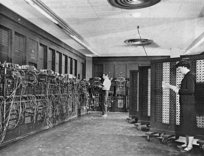 Betty Holberton (geborene Snyder, rechts) programmiert gemeinsam mit Glen Beck den ENIAC. (Bild: U.S. Army Photo auf Wikimedia Commons/Public domain, Link:  https://commons.wikimedia.org/wiki/File:Eniac.jpg)