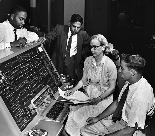 Grace Murray Hopper und Kollegen am UNIVAC (Bild: Smithsonian Institution auf Wikimedia Commons, Lizenz: CC BY 2.0, Link: https://commons.wikimedia.org/wiki/File:Grace_Hopper_and_UNIVAC.jpg)