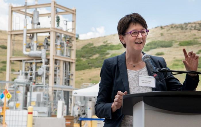 Electrochaea-Technikchefin Doris Hafenbradl eröffnet die Biomethansierungs-Anlage in Colorado. (Bild: NREL)