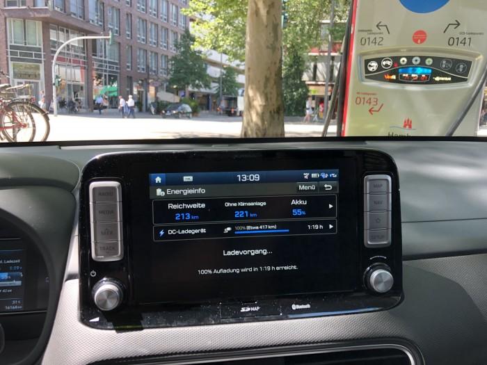 Die Ladeanzeige im Auto. Eine App, um den Ladesstatus von außen abzufragen und das Fahrzeug zu orten, gibt es nicht. (Bild: Dirk Kunde)