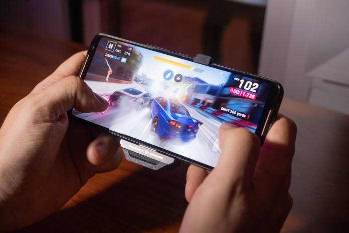 Das ROG Phone II beim Spielen (Bild: Heiko Raschke/Golem.de)