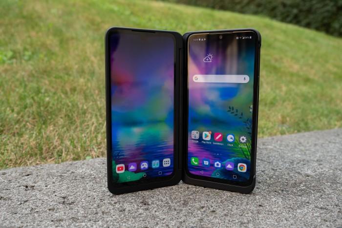 Das G8x Thinq von LG kann in eine Hülle gesteckt werden, die das Smartphone um einen zweiten Bildschirm ergänzt. (Bild: Heiko Raschke/Golem.de)