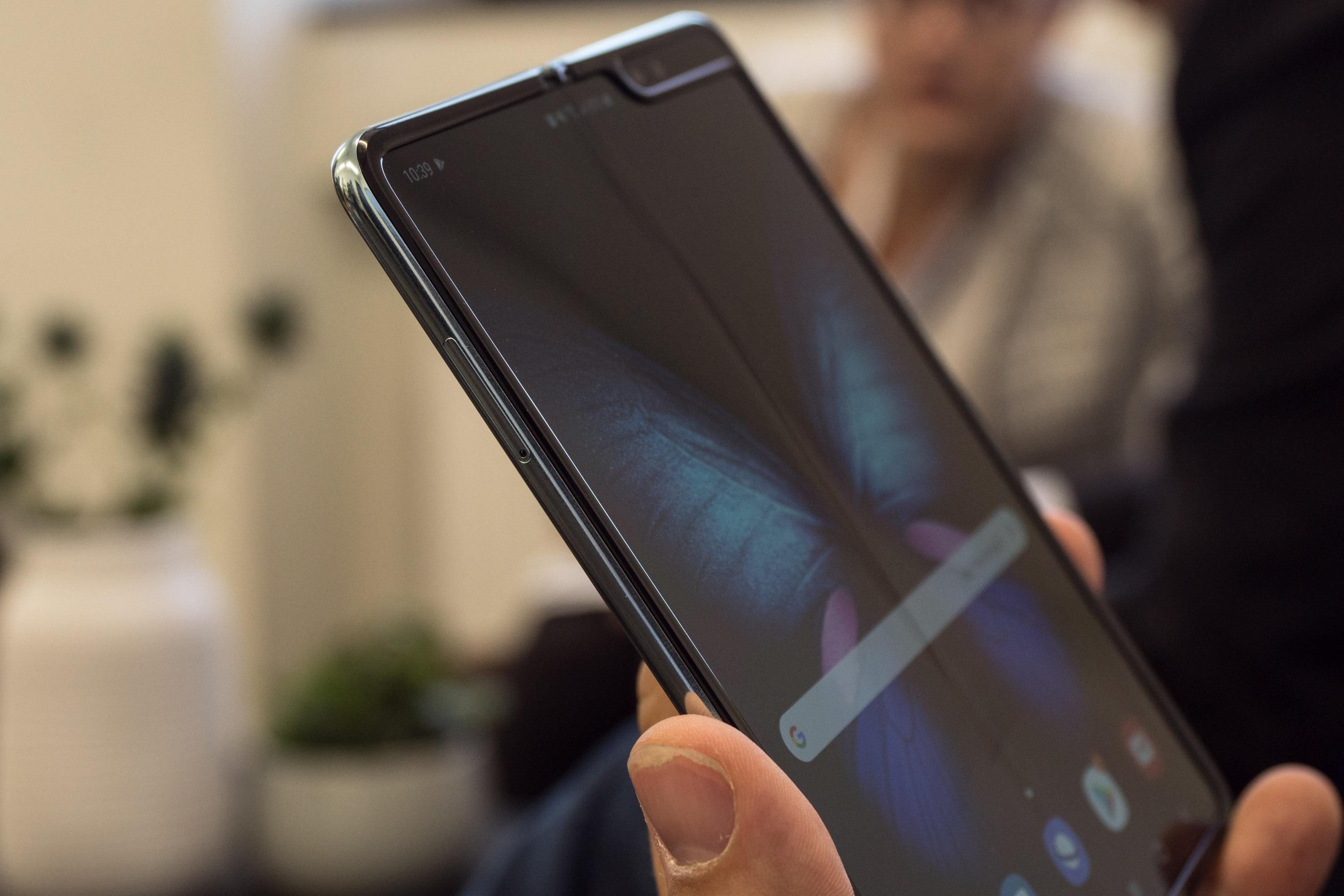 Galaxy Fold im Hands on: Samsung hat sein faltbares Smartphone gerettet - Technisch bedingt ist in der Mitte des faltbaren Displays ein Falz zu erkennen. (Bild: Martin Wolf/Golem.de)