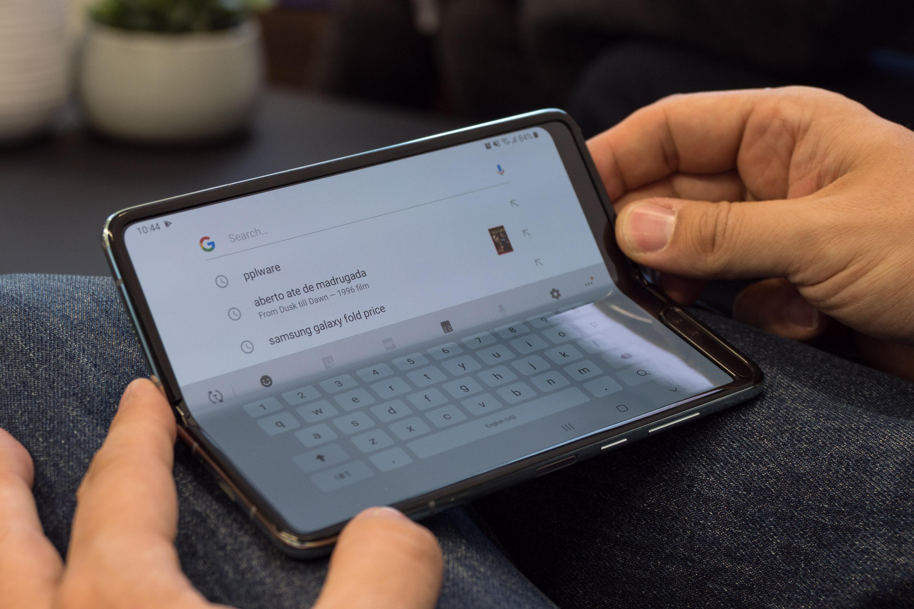 Galaxy Fold im Hands on: Samsung hat sein faltbares Smartphone gerettet - Das Galaxy Fold kann auch nur halb aufgeklappt und wie ein kleiner Communicator genutzt werden. (Bild: Martin Wolf/Golem.de)