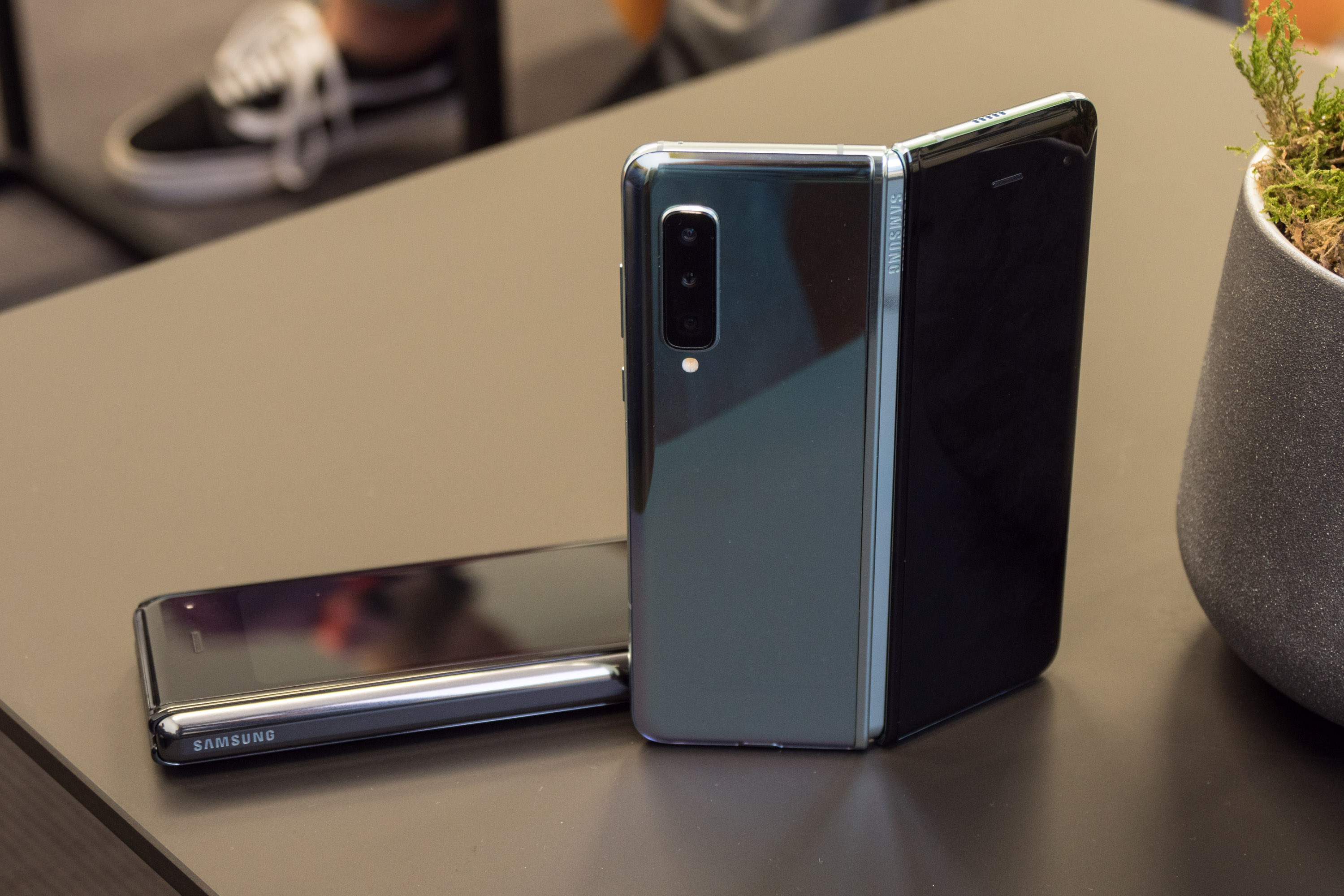 Galaxy Fold im Hands on: Samsung hat sein faltbares Smartphone gerettet - Das Galaxy Fold wird es in zwei Farben geben. (Bild: Martin Wolf/Golem.de)
