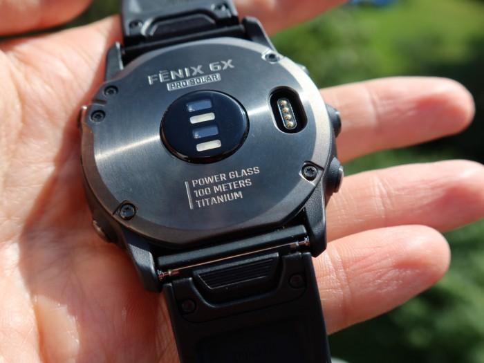 Auf der Rückseite befinden sich die Sensoren für Herzfrequenz- und Pulsoximeterermittlung. (Bild: Golem.de/P. Steinlechner)