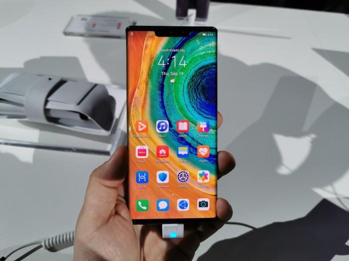 Das Mate 30 Pro von Huawei hat einen 6,53 Zoll großen OLED-Bildschirm. (Bild: Tobias Költzsch/Golem.de)