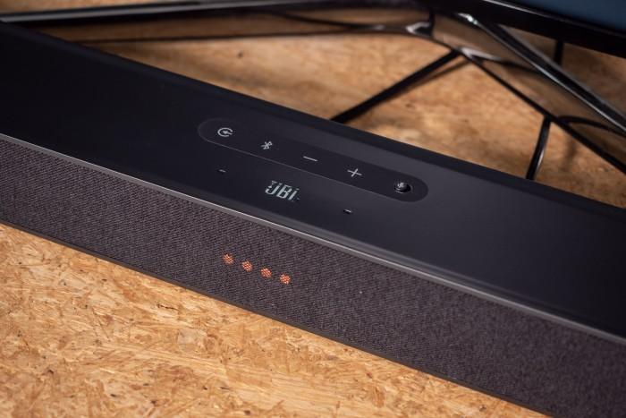 Wenn das Mikrofon der Link Bar ausgeschaltet ist, leuchten die LEDs orange. (Bild: Martin Wolf/Golem.de)