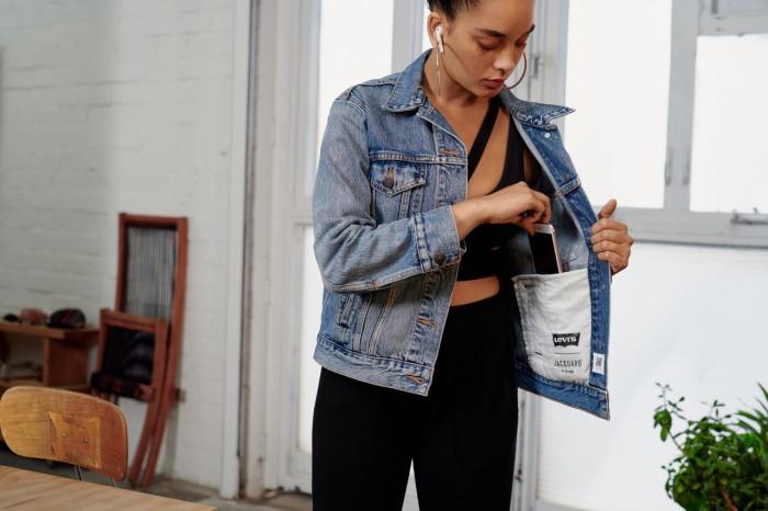 Die Idee des neuen Trucker-Jackets von Levi's ist, dass Nutzer ihr Smartphone in der Tasche lassen können. (Bild: Levi's)