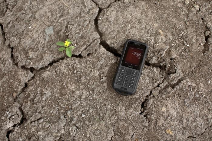 Das Nokia 800 Tough soll dank eines robusten Gehäuses auch Stürze aushalten. (Bild: Nokia)