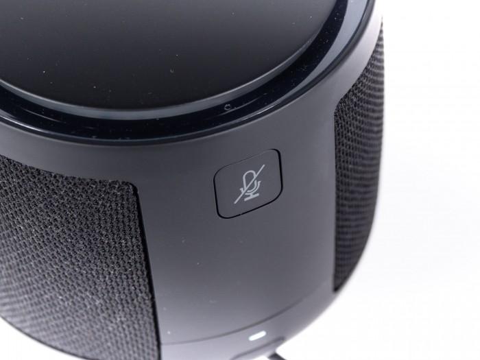 Auf der Rückseite ist die Taste zur Stummschaltung des Mikrofons. (Bild: Martin Wolf/Golem.de)