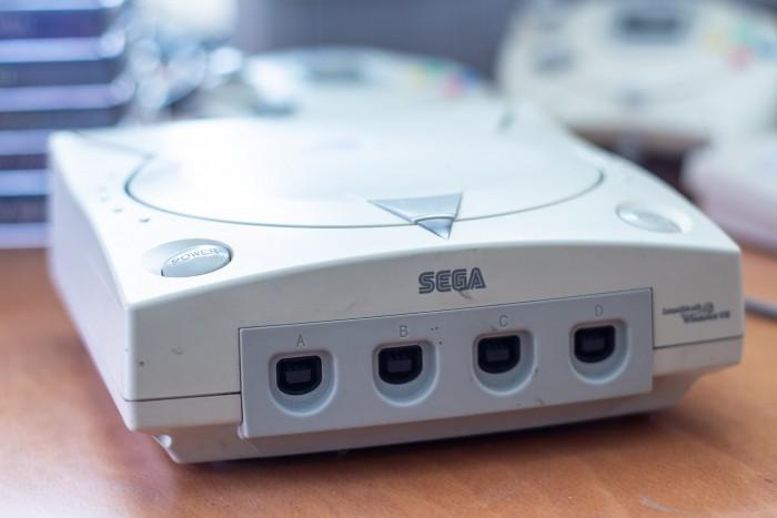 Klein und laut: das Laufwerk der Dreamcast konnte recht lästig aufdrehen. (Bild: Martin Wolf/Golem.de)