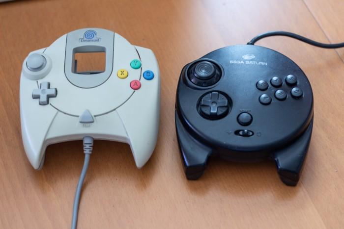 Der Dreamcast-Controller ähnelt seinem Vorgänger optisch. (Bild: Martin Wolf/Golem.de)