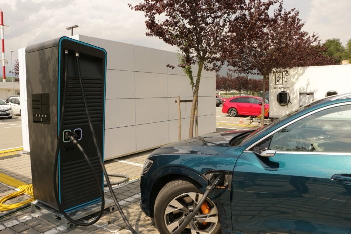 Mangels Schnelllader in Bozen hat Audi eine mobile Ladestation bereitgestellt. (Foto: Friedhelm Greis/Golem.de)