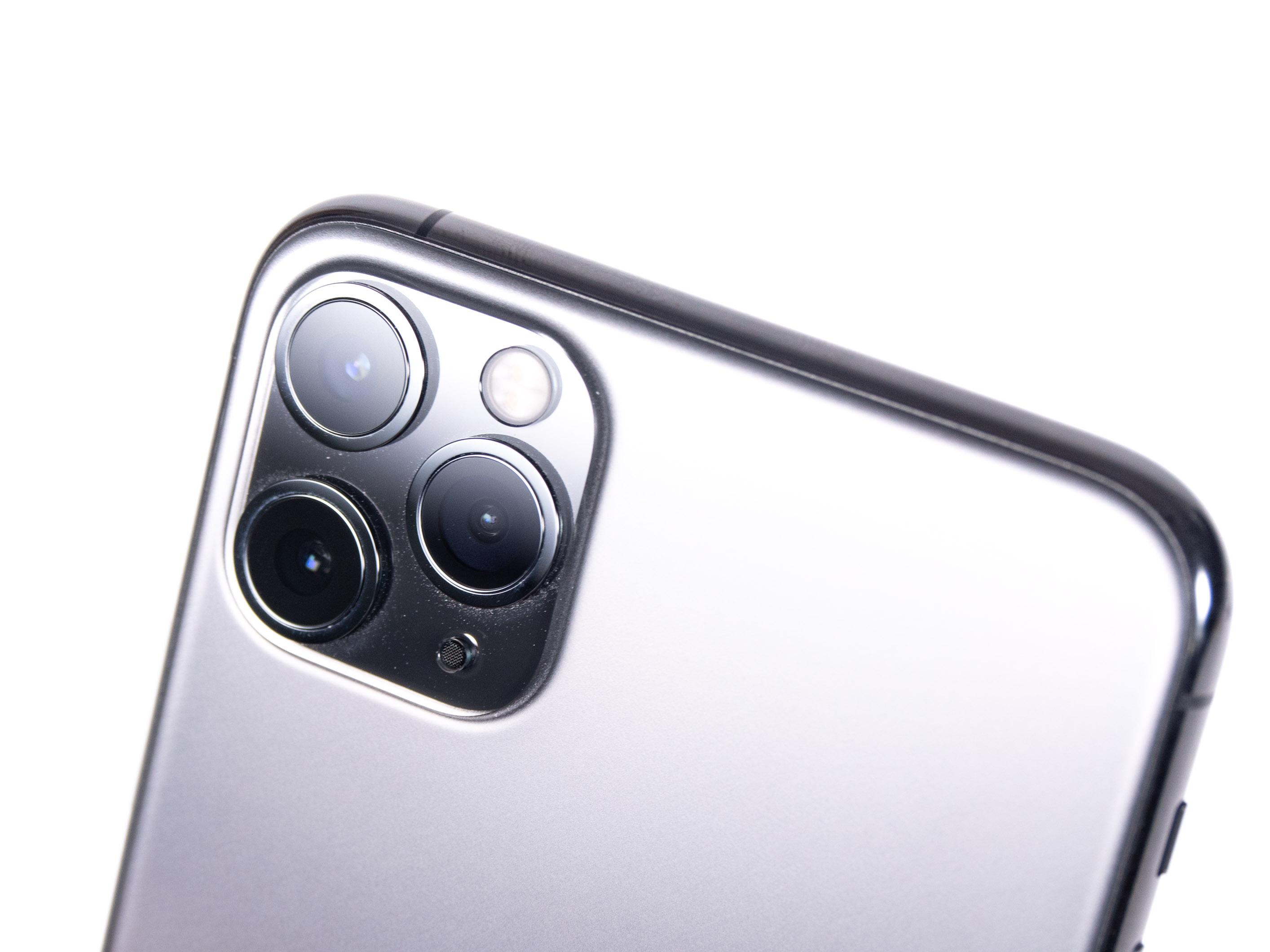 iPhone 11 Pro Max im Test: Starke Kamera und Akku für den ganzen Tag - Die Dreifachkamera ist in einer markanten Aussparung verbaut. (Bild: Martin Wolf/Golem.de)