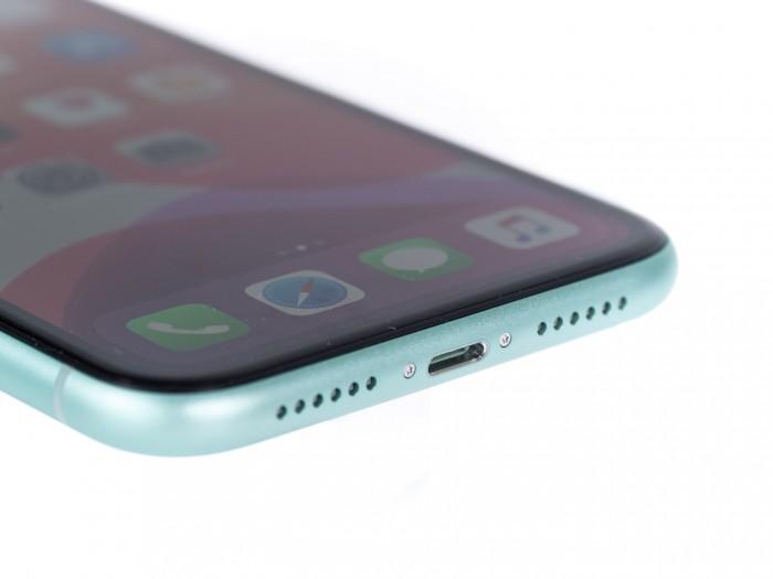 Geladen wird das iPhone 11 über einen Lightning-Anschluss. (Bild: Martin Wolf/Golem.de)