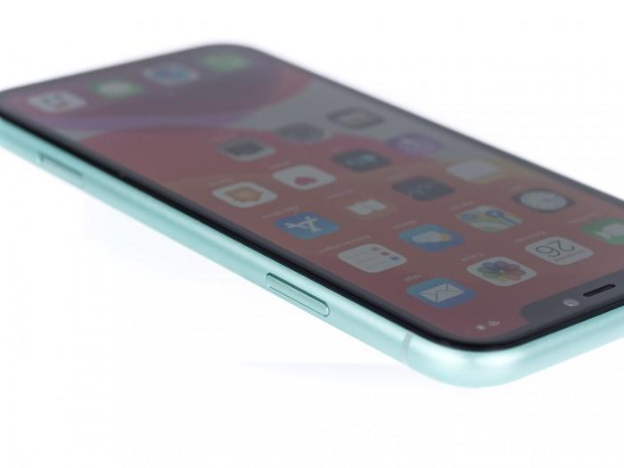 Dass das iPhone 11 keinen OLED-Bildschirm hat, stört uns nicht - wohl aber der breite Rahmen um den Bildschirm. (Bild: Martin Wolf/Golem.de)