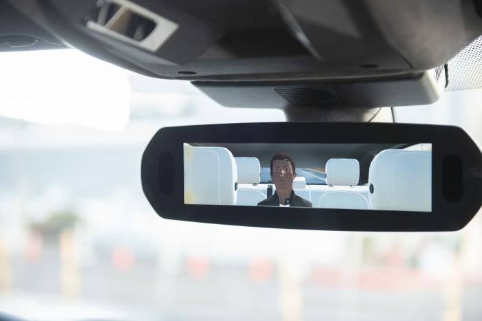 Mit dem Valeo Voyage setzt sich der Fahrer einen virtuellen Assistenten auf die Rückbank. (Foto: Valeo)
