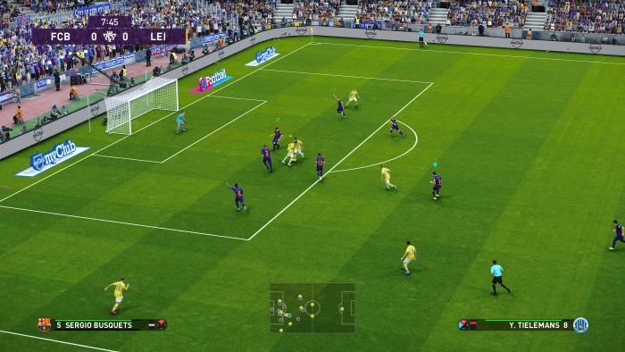 Die Spieler halten sich zumeist clever an die taktischen Vorgaben. Hier erkennt man beispielsweise trotz Strafraumchaos noch die Zuordnung der Barca-Verteidigung. (Bild: Konami/Screenshot: Golem.de)