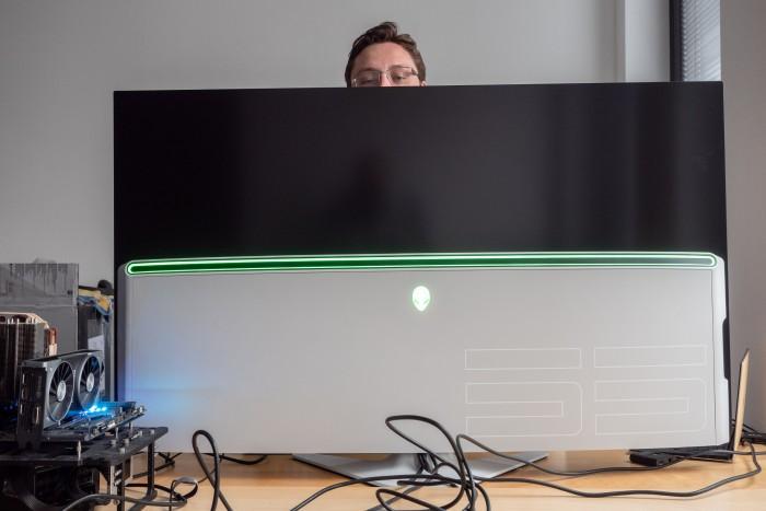 Wenn wir die Kollegen nicht immer sehen wollen, kann der Monitor helfen ... (Bild: Martin Wolf/Golem.de)