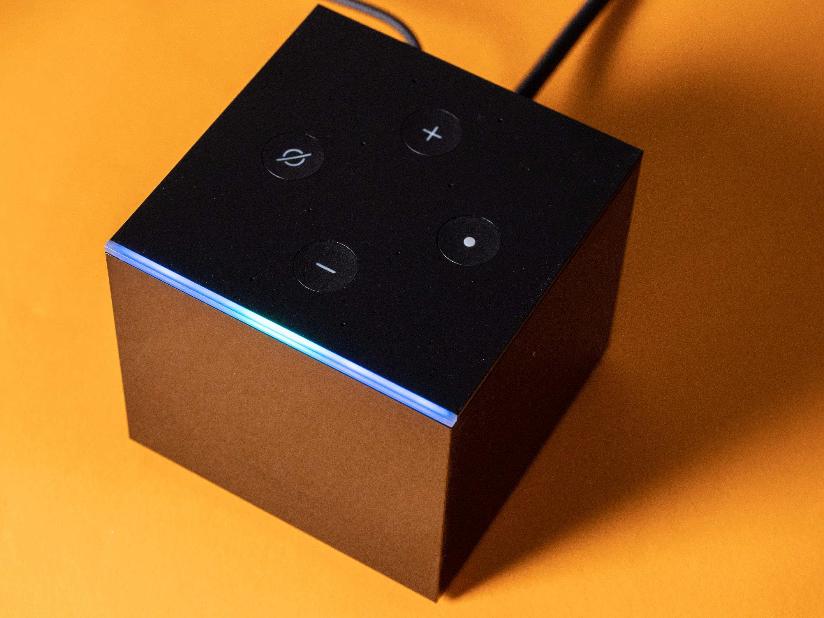 Fire TV Cube im Praxistest: Das beste Fire TV mit fast perfekter Alexa-Sprachsteuerung - Der Fire TV hat die typischen Tasten eines Echo-Lautsprechers und vorne eine LED-Kante. (Bild: Martin Wolf/Golem.de)