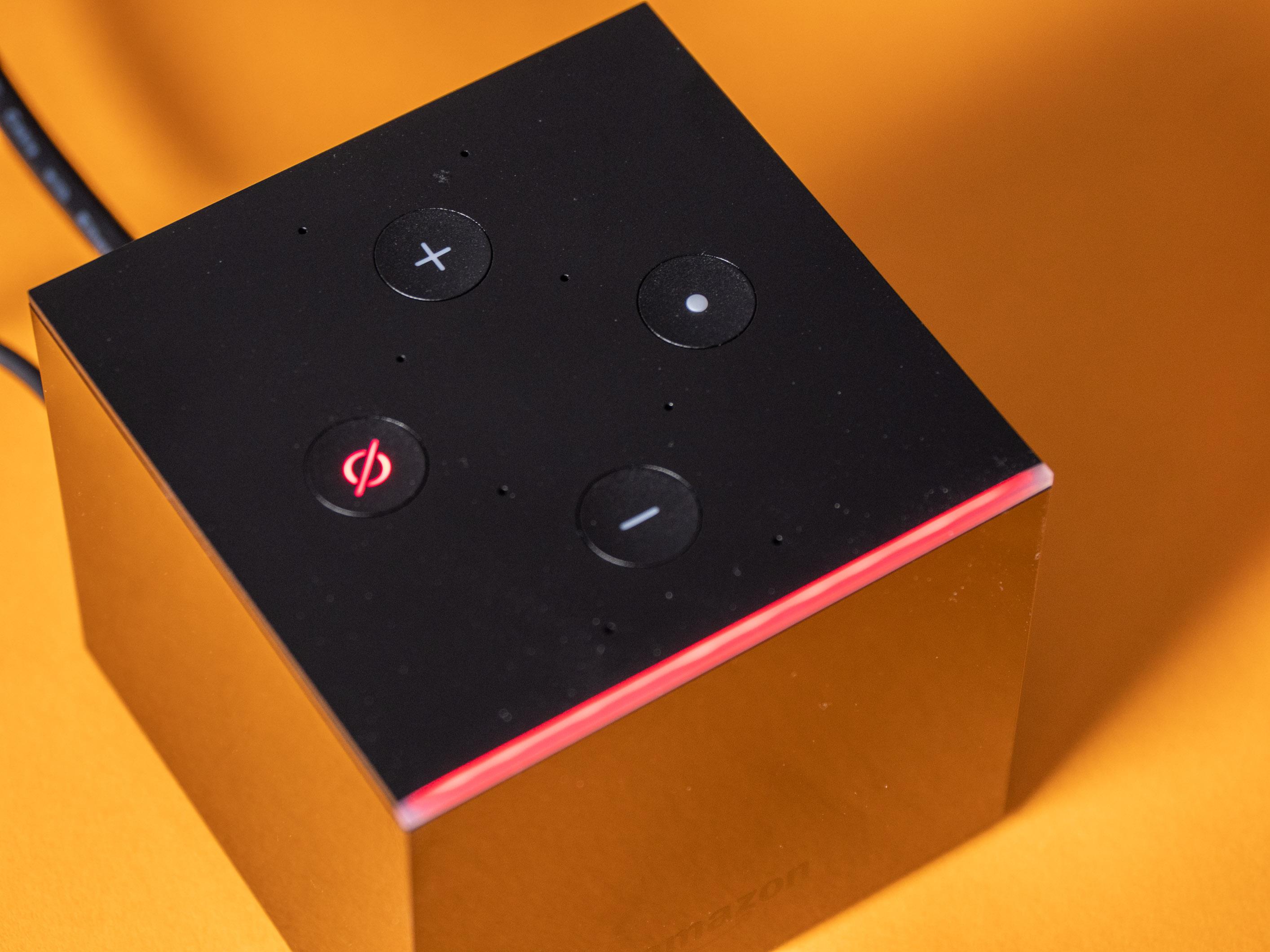 Fire TV Cube im Praxistest: Das beste Fire TV mit fast perfekter Alexa-Sprachsteuerung - Nur in den ersten Sekunden nach dem Deaktivieren der Mikrofone leuchtet die LED-Kante rot auf. (Bild: Martin Wolf/Golem.de)