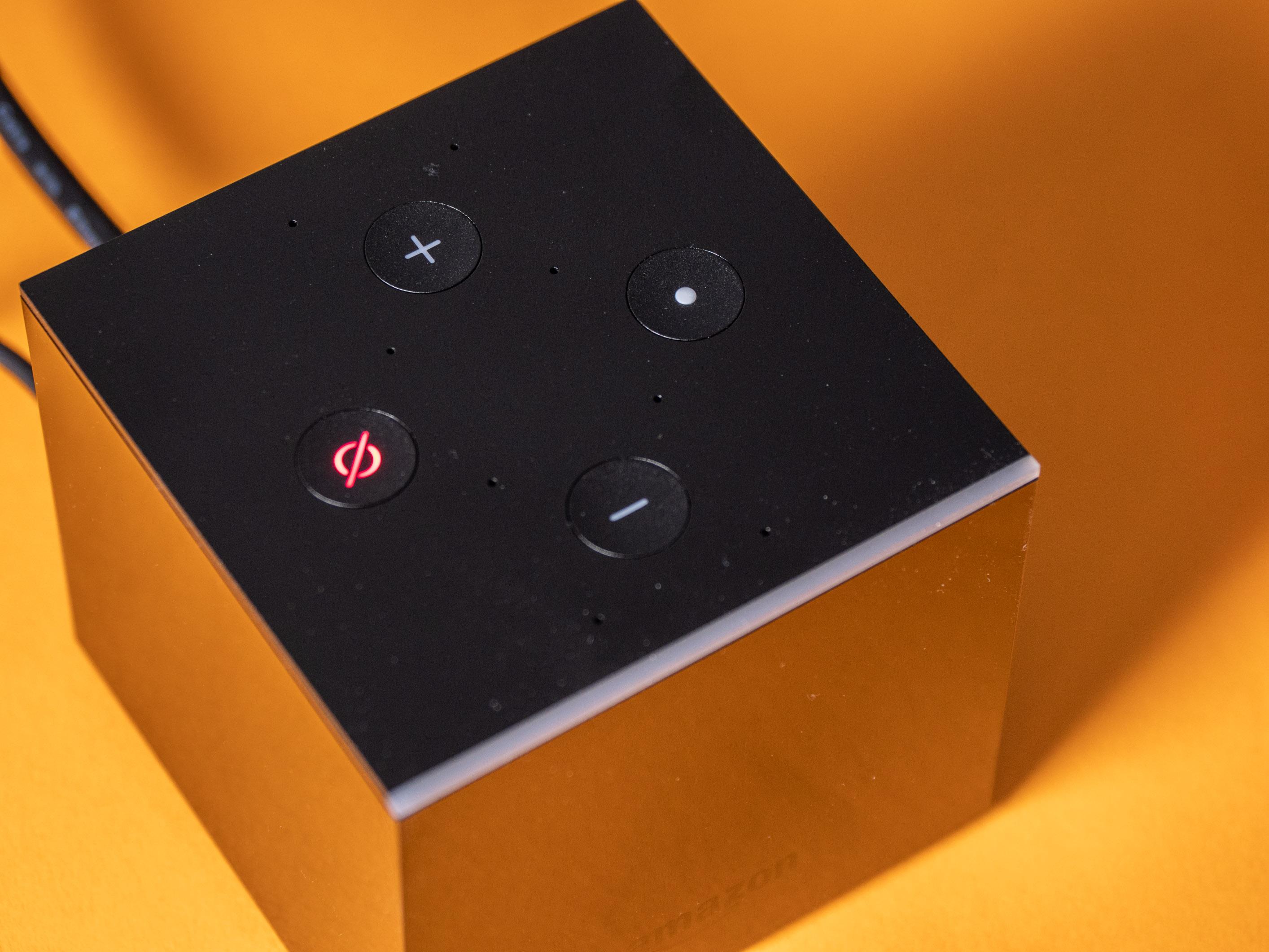 Fire TV Cube im Praxistest: Das beste Fire TV mit fast perfekter Alexa-Sprachsteuerung - Sind die eingebauten Mikrofone taubgestellt, signalisieren das nur die LED im Button. (Bild: Martin Wolf/Golem.de)