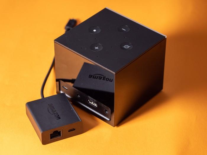 Mittels Ethernet-Adapter lässt sich der Fire TV Cube über Kabel mit dem Internet verbinden. (Bild: Martin Wolf/Golem.de)