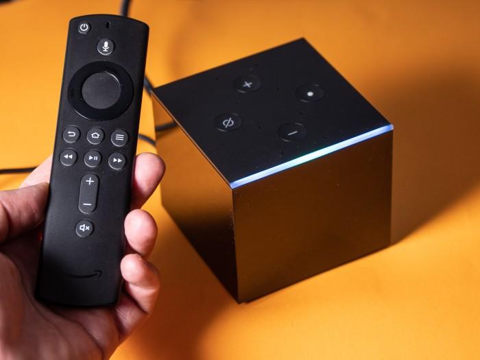 Zum Fire TV Cube gehören eine Fernbedienung mit Mikrofon und Lautstärketasten. (Bild: Martin Wolf/Golem.de)