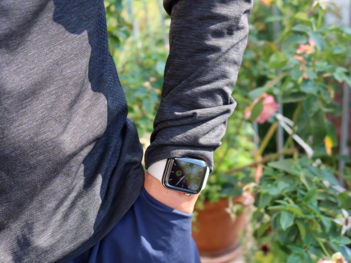 Das Always-on-Display zeigt auch in der Seitenhaltung die Uhrzeit. (Bild: Katja Höhne)