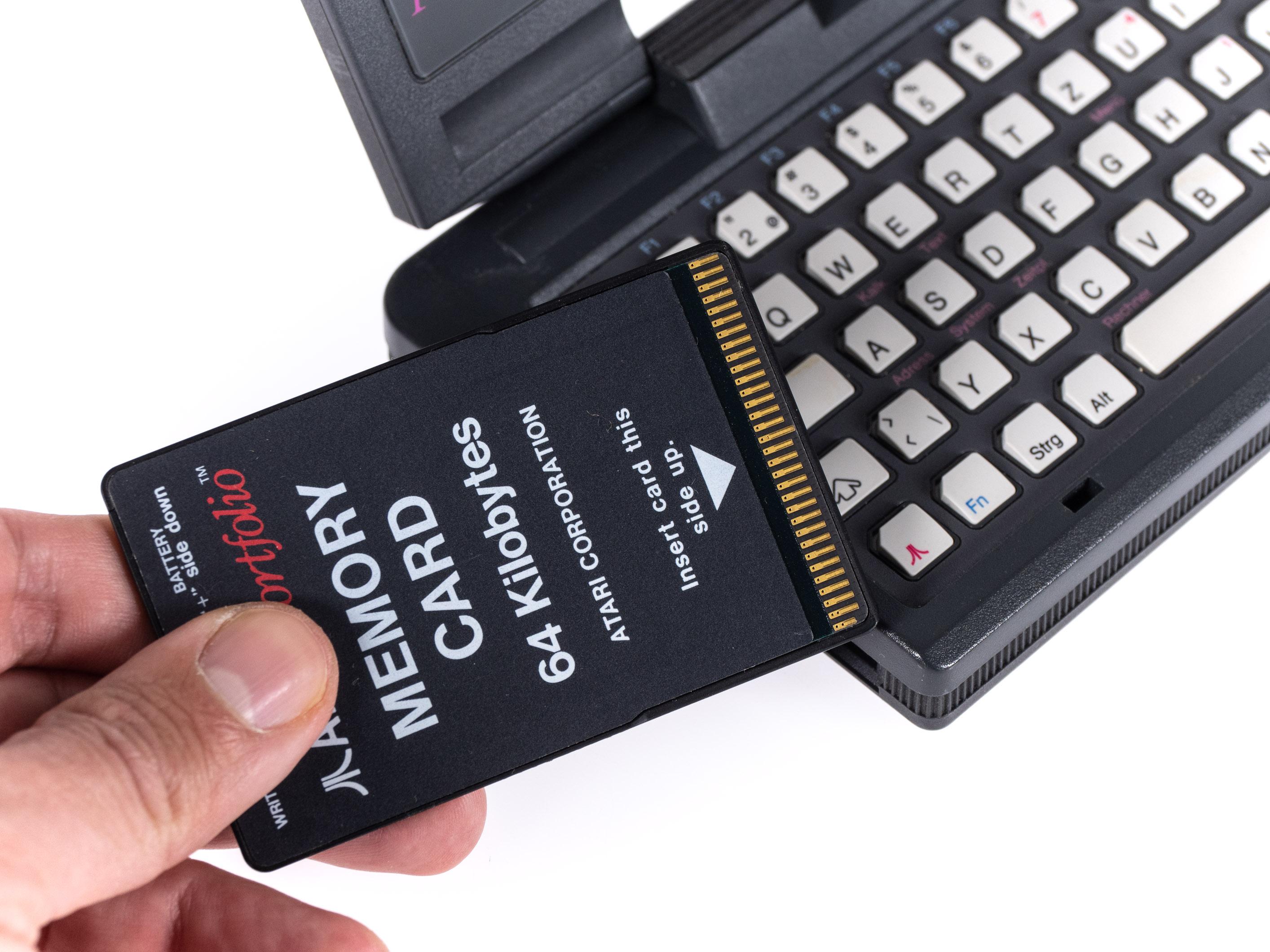Atari Portfolio im Retrotest: Endlich können wir unterwegs arbeiten! - Der interne Speicher ist limitiert, daher ist die Verwendung einer Speicherkarte eigentlich Pflicht. (Bild: Martin Wolf/Golem.de)