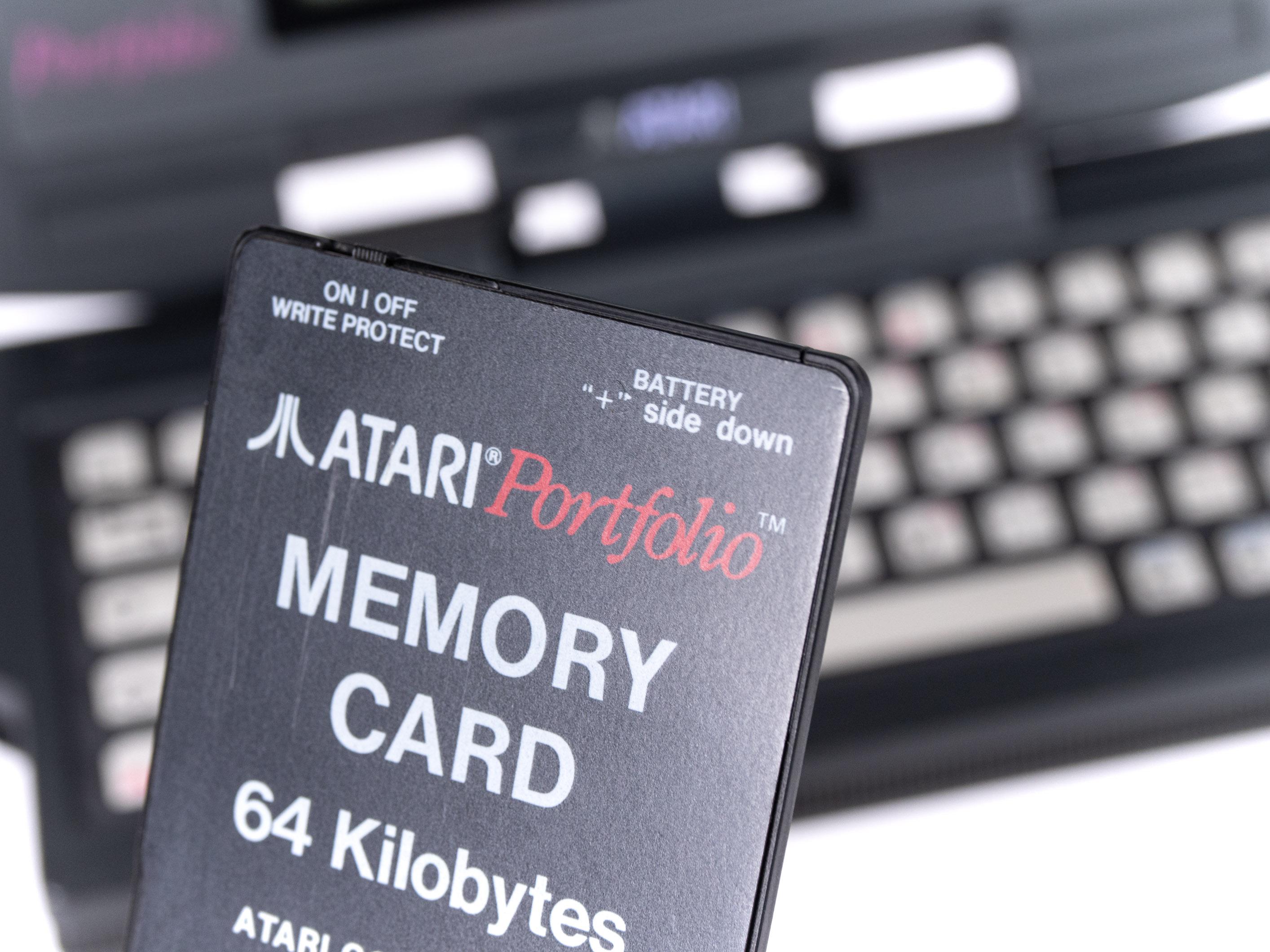 Atari Portfolio im Retrotest: Endlich können wir unterwegs arbeiten! - Unsere Memory Card hat 64 KByte Speicher. (Bild: Martin Wolf/Golem.de)