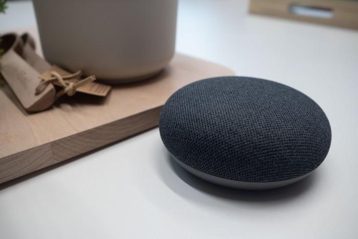 Der Nest Mini von Google sieht aus wie sein Vorgänger, der Home Mini. (Bild: Heiko Raschke/Golem.de)
