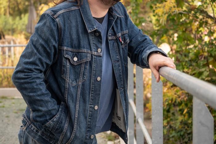 Das Trucker Jacket von Levi's ist eine klassische Jeansjacke - in der Jacquard-Version bietet die Jacke zusätzlich smarte Funktionen. (Bild: Martin Wolf/Golem.de)