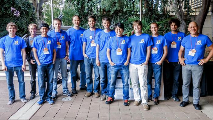 Das Team auf der Hot Chips 2014: Krste Asanovic ist der fünfte von links, David Petterson steht ganz rechts. (Bild: HC)