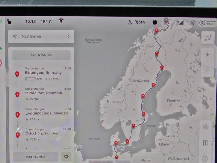 Die Routenplanung im Tesla-Navi mit Anzeige aller Supercharger entlang der Route. Die tatsächliche Route ging am Ende über Fehmarn/Puttgarden und die Öresund-Brücke nach Schweden. (Foto: Björn Schäfer)