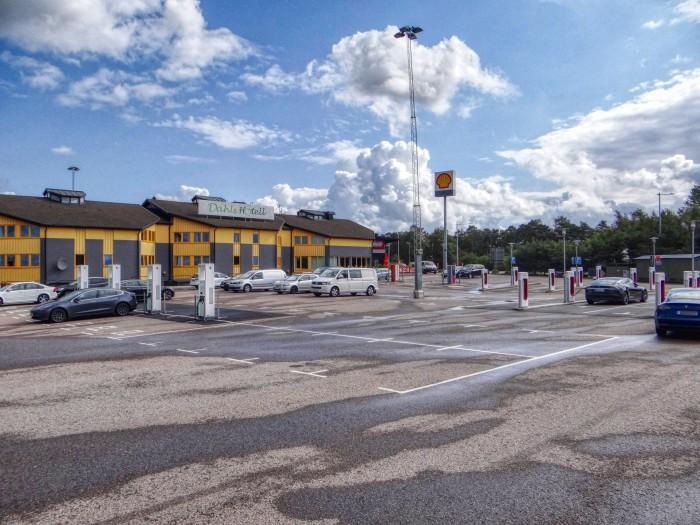 """Ein """"Ladepark"""" im schwedischen Löddeköpinge mit Ladestellen von Tesla, Eon und Bee.  Die bisher größte Ansammlung an Ladepunkten an einer Stelle, die ich persönlich gesehen habe. (Foto: Björn Schäfer)"""