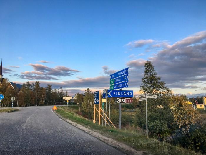 Grenzübergang an der A8 zwischen Schweden und Finnland. Auf schwedischer Seite heißt der Ort Karesuando, auf finnischer Seite Kaaresuvanto. (Foto: Björn Schäfer)