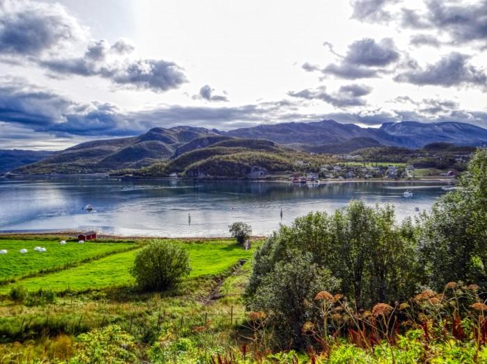 Blick auf die kleine Bucht von Talvik in Norwegen. Dieser Ort erinnert mich an eine Mischung aus Neuseeland und Schottland. (Foto: Björn Schäfer)
